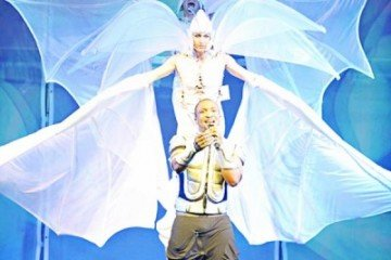 Darey-with-Dancers-on-stilts-400x600