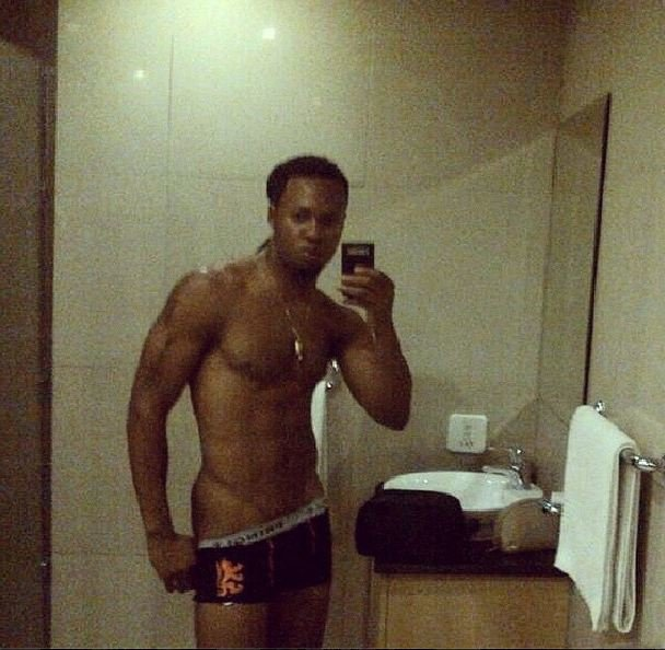 FAB-Magazine-Flavour-shares-nude-bathroom-selfie-on-Instagram
